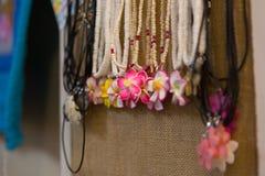 Όμορφα περιδέραια με τα κρεμαστά κοσμήματα λουλουδιών Plumeria Στοκ Εικόνα