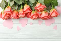Όμορφα πορτοκαλιά τριαντάφυλλα με τις ρόδινες καρδιές στο άσπρο υπόβα στοκ φωτογραφίες με δικαίωμα ελεύθερης χρήσης