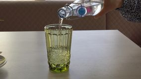 Όμορφα πράσινα φλυτζάνια γυαλιού στον πίνακα