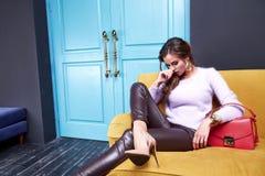 Όμορφα προκλητικά ενδύματα μόδας συλλογής φθινοπώρου γυναικείας άνοιξης για Στοκ Εικόνες