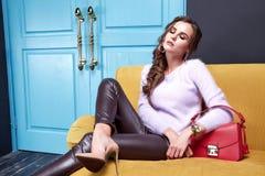 Όμορφα προκλητικά ενδύματα μόδας συλλογής φθινοπώρου γυναικείας άνοιξης για Στοκ Φωτογραφία