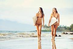 Όμορφα προκλητικά κορίτσια Surfer στην παραλία Στοκ εικόνα με δικαίωμα ελεύθερης χρήσης