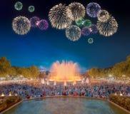 Όμορφα πυροτεχνήματα κάτω από τη μαγική πηγή στη Βαρκελώνη Στοκ Εικόνα