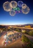 Όμορφα πυροτεχνήματα κάτω από τον ποταμό και Ponte Vecchio Arno Στοκ εικόνα με δικαίωμα ελεύθερης χρήσης