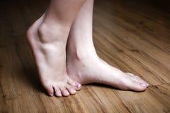 όμορφα πόδια πατωμάτων ξύλιν&ome Στοκ Εικόνες
