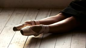 Όμορφα πόδια της συνεδρίασης ballerina στο πάτωμα απόθεμα βίντεο