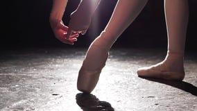Όμορφα πόδια του νέου ballerina στα παπούτσια pointe Πρακτική μπαλέτου Όμορφα λεπτά χαριτωμένα πόδια του χορευτή μπαλέτου απόθεμα βίντεο