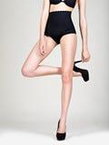 Όμορφα πόδια γυναικών στα υψηλά τακούνια, μαύρες κιλότες Στοκ φωτογραφία με δικαίωμα ελεύθερης χρήσης