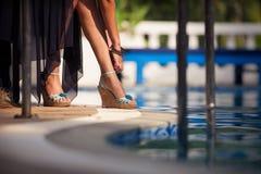 Όμορφα πόδια ενός νέου κοριτσιού Στοκ φωτογραφία με δικαίωμα ελεύθερης χρήσης