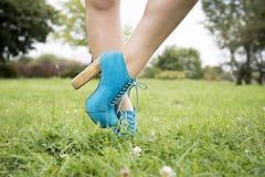 Όμορφα πόδια με τη φύση Στοκ Φωτογραφίες