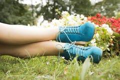 Όμορφα πόδια με τη φύση Στοκ φωτογραφία με δικαίωμα ελεύθερης χρήσης