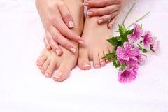 Όμορφα πόδια με το τέλειο γαλλικό καρφί SPA Στοκ φωτογραφίες με δικαίωμα ελεύθερης χρήσης
