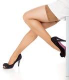 Όμορφα πόδια στις γυναικείες κάλτσες και τα μαύρα παπούτσια Στοκ εικόνα με δικαίωμα ελεύθερης χρήσης
