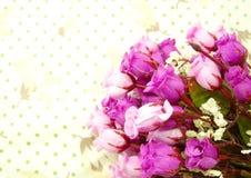 Όμορφα ρόδινα λουλούδια ανθοδεσμών με το πράσινο υπόβαθρο σημείων Πόλκα στοκ φωτογραφίες με δικαίωμα ελεύθερης χρήσης