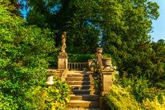 Όμορφα σκαλοπάτια πετρών που καταλήγουν στον κήπο, παλαιός διακοσμητικός στοκ φωτογραφία