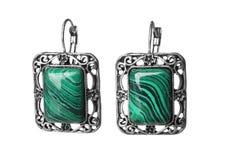 Όμορφα σκουλαρίκια malachite που απομονώνεται με στοκ εικόνες