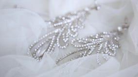 Όμορφα σκουλαρίκια γαμήλιων νυφών στην κινηματογράφηση σε πρώτο πλάνο πέπλων φιλμ μικρού μήκους