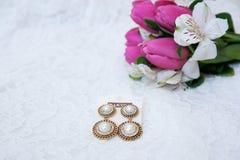 Όμορφα σκουλαρίκια για μια ανθοδέσμη των τουλιπών Στοκ Εικόνες