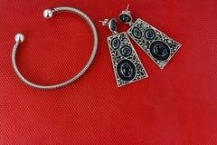 Όμορφα σκουλαρίκια και βραχιόλι Στοκ Εικόνες