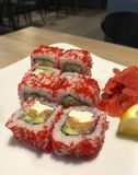 Όμορφα σούσια διασκέδασης με το κόκκινο χαβιάρι σε ένα πιάτο με το λεμόνι στοκ φωτογραφίες