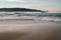 Όμορφα σπάζοντας κύματα στην αμμώδη παραλία στον Ατλαντικό Ωκεανό, βασκική χώρα, Γαλλία Στοκ εικόνες με δικαίωμα ελεύθερης χρήσης