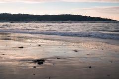 Όμορφα σπάζοντας κύματα στην αμμώδη παραλία στον Ατλαντικό Ωκεανό, βασκική χώρα, Γαλλία Στοκ Εικόνα