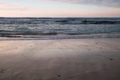 Όμορφα σπάζοντας κύματα στην αμμώδη παραλία στον Ατλαντικό Ωκεανό, βασκική χώρα, Γαλλία Στοκ Εικόνες