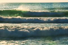 Όμορφα σπάζοντας κύματα στη θάλασσα κοντά στην παραλία Στοκ φωτογραφία με δικαίωμα ελεύθερης χρήσης