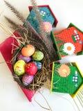 Όμορφα σπίτια αυγών Πάσχας χρώματος πλήρη και δέντρων Στοκ φωτογραφία με δικαίωμα ελεύθερης χρήσης