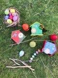 Όμορφα σπίτια αυγών Πάσχας χρώματος πλήρη και δέντρων Στοκ Εικόνες