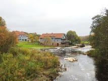 Όμορφα σπίτια κοντά στον ποταμό, Λιθουανία Στοκ Φωτογραφία