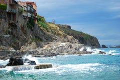 Όμορφα σπίτια που χτίζονται στους απότομους βράχους σε Collioure Στοκ εικόνα με δικαίωμα ελεύθερης χρήσης