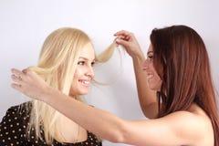 όμορφα στενά κορίτσια δύο &eps Στοκ εικόνες με δικαίωμα ελεύθερης χρήσης