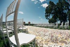 Όμορφα στοιχεία διακοσμήσεων σχεδίου γαμήλιας τελετής με τη φρέσκια σύνθεση λουλουδιών, floral σχέδιο, τριαντάφυλλα πετάλων και Στοκ εικόνες με δικαίωμα ελεύθερης χρήσης