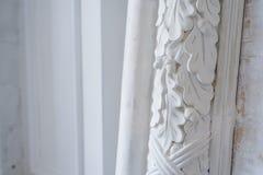 Όμορφα στοιχεία του σχεδίου τοίχων πολυτέλειας, άσπρα σχήματα στόκων πέρα από το ελαφρύ υπόβαθρο, παλαιά επικονίαση Στοκ εικόνες με δικαίωμα ελεύθερης χρήσης