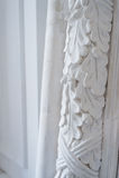 Όμορφα στοιχεία του σχεδίου τοίχων πολυτέλειας, άσπρα σχήματα στόκων πέρα από το ελαφρύ υπόβαθρο, παλαιά επικονίαση Στοκ Εικόνα