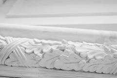 Όμορφα στοιχεία του σχεδίου τοίχων πολυτέλειας, άσπρα σχήματα στόκων πέρα από το ελαφρύ υπόβαθρο, παλαιά επικονίαση Στοκ Εικόνες