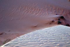 Όμορφα σχέδια αμμόλοφων άμμου και βάθος του τομέα στοκ εικόνα με δικαίωμα ελεύθερης χρήσης
