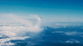 Όμορφα σύννεφα μέσω ενός παραθύρου αεροπλάνων - τηγάνι RL απόθεμα βίντεο