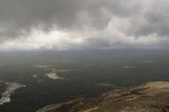 Όμορφα σύννεφα με τον ορίζοντα και την πρασινάδα Στοκ Εικόνες