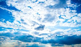 Όμορφα σύννεφα με το υπόβαθρο μπλε ουρανού Καιρός φύσης, μπλε ουρανός σύννεφων και ήλιος Στοκ Εικόνες