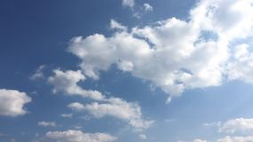 Όμορφα σύννεφα με το υπόβαθρο μπλε ουρανού Ουρανός με το μπλε σύννεφων καιρικής φύσης σύννεφων Μπλε ουρανός με τα σύννεφα και τον φιλμ μικρού μήκους