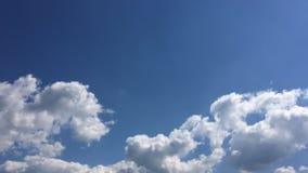 Όμορφα σύννεφα με το υπόβαθρο μπλε ουρανού Ουρανός με το μπλε σύννεφων καιρικής φύσης σύννεφων Μπλε ουρανός με τα σύννεφα και τον απόθεμα βίντεο