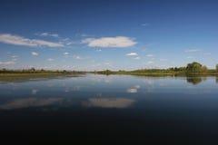 Όμορφα σύννεφα πέρα από τον ποταμό στοκ εικόνα με δικαίωμα ελεύθερης χρήσης