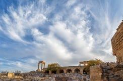 Όμορφα σύννεφα πέρα από το μερικώς επανοικοδομημένο ναό Αθηνάς Lindia στην ακρόπολη Lindos, νησί της Ρόδου, Ελλάδα Στοκ Εικόνες