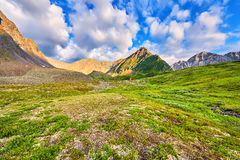 Όμορφα σύννεφα πέρα από tundra βουνών στοκ φωτογραφία με δικαίωμα ελεύθερης χρήσης