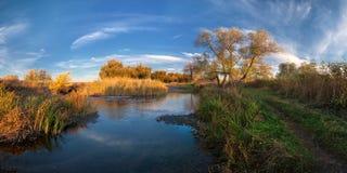 όμορφα σύννεφα που εξισώνουν τον ποταμό Στοκ εικόνα με δικαίωμα ελεύθερης χρήσης
