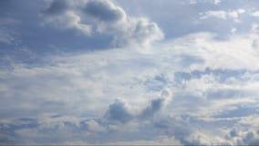 Όμορφα σύννεφα που κινούνται πέρα από έναν θερινό μπλε ουρανό φιλμ μικρού μήκους