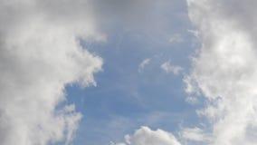 Όμορφα σύννεφα που κινούνται στο μπλε ουρανό - χρονικό σφάλμα απόθεμα βίντεο