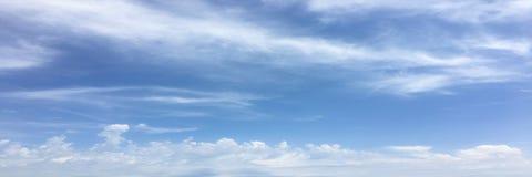 Όμορφα σύννεφα σε ένα κλίμα μπλε ουρανού Ουρανός σύννεφων Μπλε ουρανός με τον καιρό σύννεφων, σύννεφο φύσης Άσπρα σύννεφα, μπλε ο στοκ φωτογραφίες με δικαίωμα ελεύθερης χρήσης